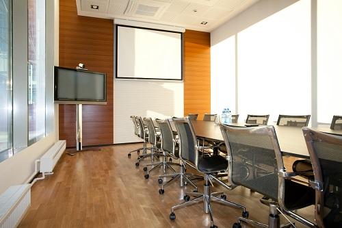 Meeting Raum mit Konferenzstühlen und Konferenztischen